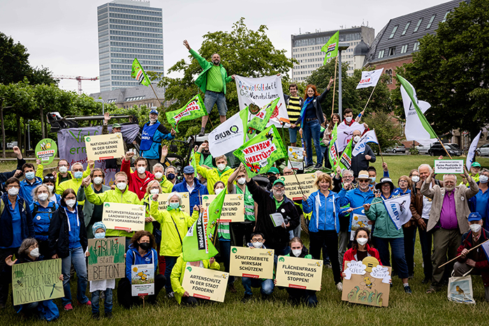 Übergabe der Unterschriften zur Volksinitiative Artenvielfalt NRW vor dem Landtag