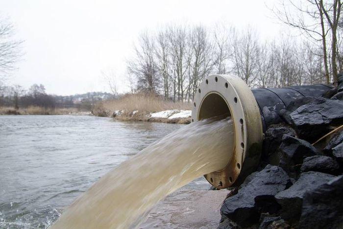 Abwasserrohr an der Ulster/Werra