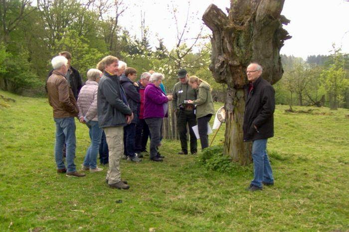 Exkursionsgruppe im Obstgarten